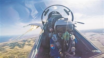 中国空军培养新型飞行教官 逼近飞机极限性能