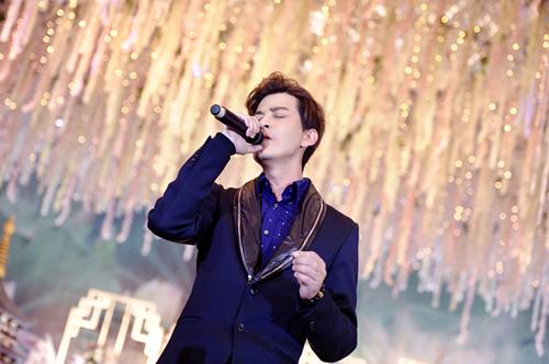 陈晓东出席活动 再唱经典情歌引发全场合唱