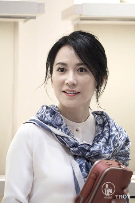 46岁俞飞鸿被粉丝狂拍照,无修图的惊鸿仙子依旧可以美成这样?至今单身却用励志示范少