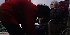 75岁老人为照顾94岁婆婆 睡沙发近10年