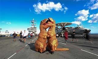 美军核动力航母这样过万圣节