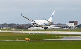 实拍客机在大风中降落 触地后又被反弹上天