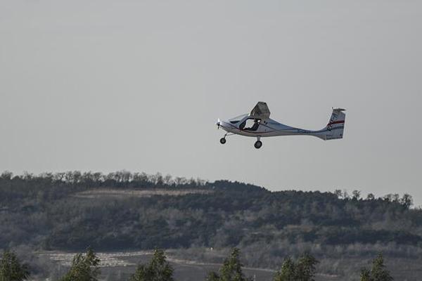 续航超2小时国产电动双座飞机首飞成功