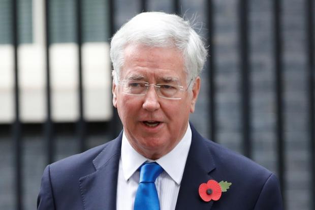 英国防大臣因性骚扰指控辞职  受害者:理由荒唐