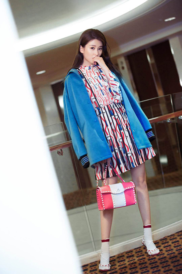 乔欣出席活动甜美可人 时尚品味升级大秀美腿