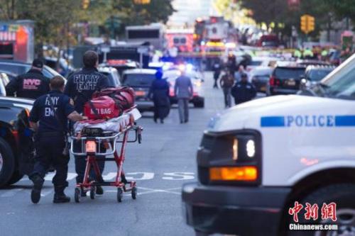 大量警力聚集在纽约卡车撞人恐怖袭击现场。 <a target='_blank' href='http://www.chinanews.com.lomyoga.com/'>中新社</a>记者 廖攀 摄