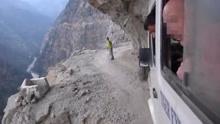 实拍在喜马拉雅山悬崖边开车