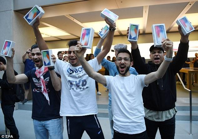 苹果iPhone X火爆开售 悉尼店外千人长龙