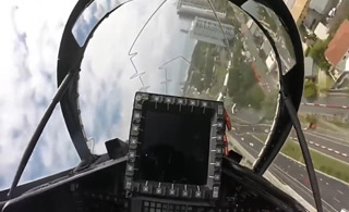 澳军战斗机在市区超低空飞行 看着真让人捏把汗