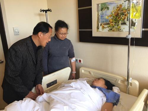 倪副总领事看望重伤游客。