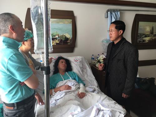 倪总领事探视死者家属张梅。