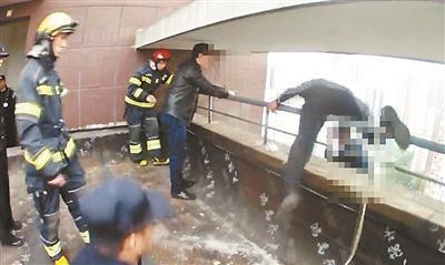小伙因感情纠纷跳楼 警察21楼纵身救人