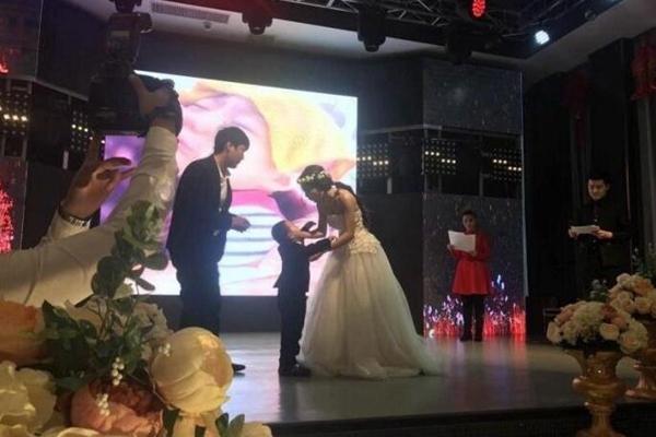 """4岁白血病男孩的""""婚礼"""" 妈妈扮新娘"""