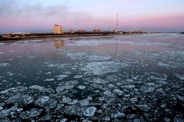 黑龙江黑河封江前的流冰期