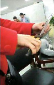 女孩上课玩手机被叫家长 母亲当众夹碎手机