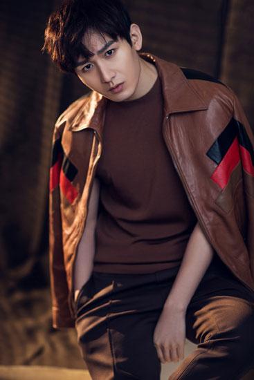 成毅时尚皮衣写真上线 45度侧颜杀释放型男魅力