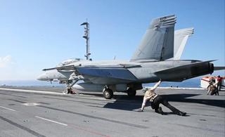 首艘电磁弹射航母:美军福特号密集起降战斗机