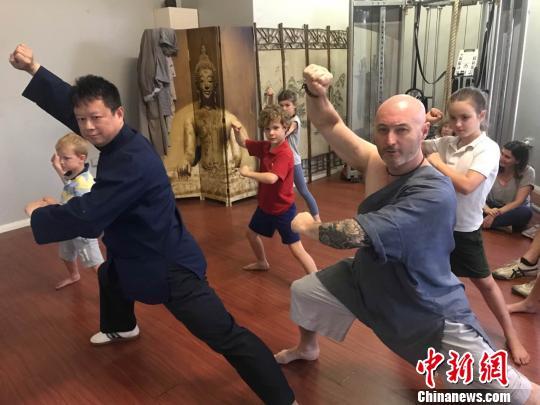 中国侨网布雷特的师父方山(左)到布鲁特的武馆现场传授绝招。 陶社兰 摄