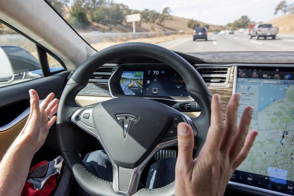 马斯克改口:自动驾驶系统有不足 或需更强硬件