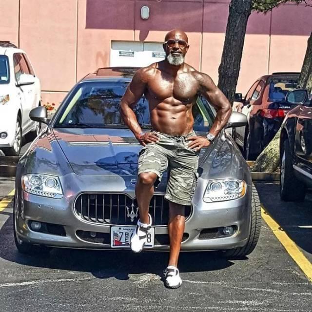 55岁黑金刚用肌肉告诉你:年龄就是个屁!做男人不论年龄,你我都可以!