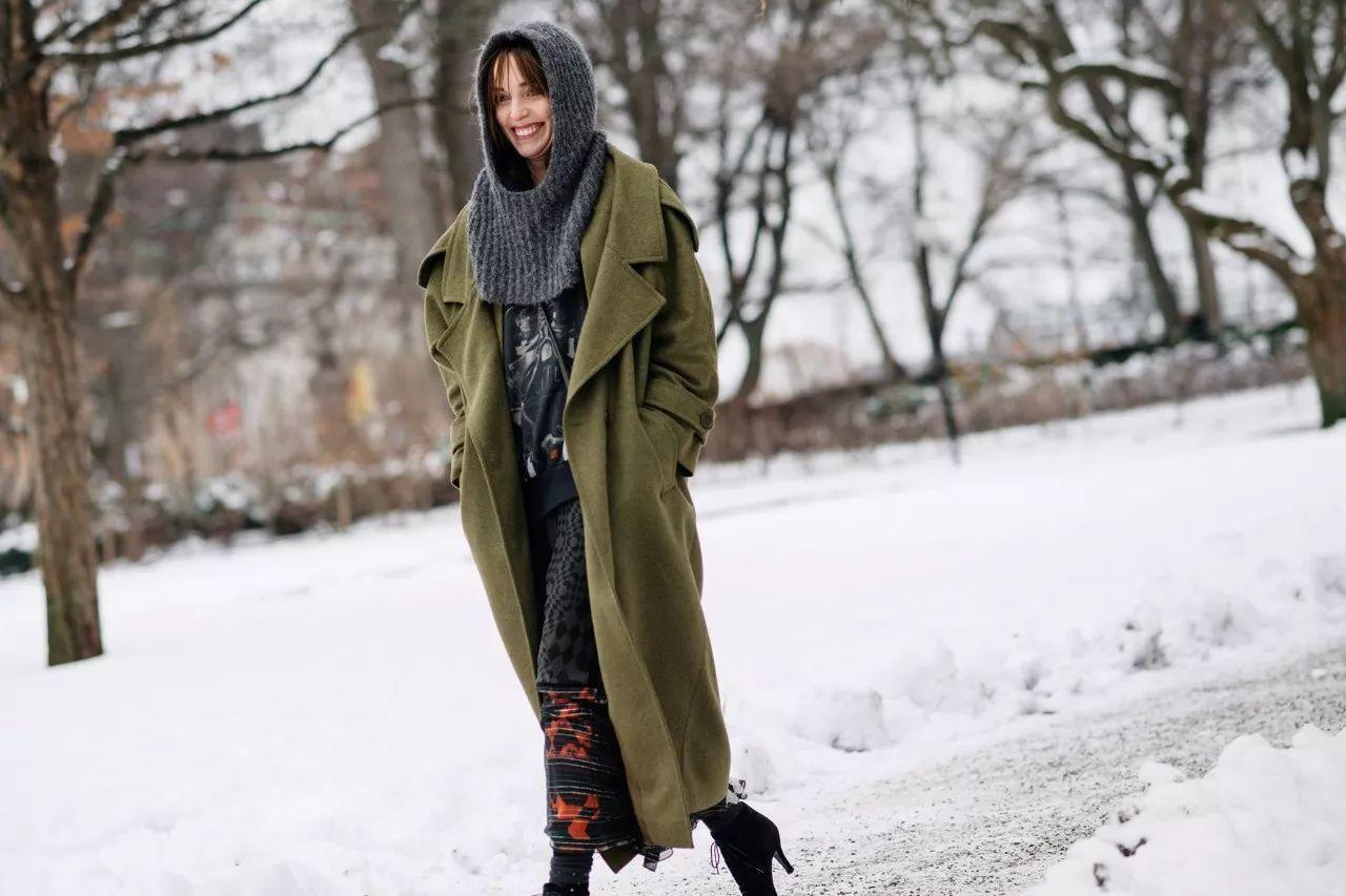 最佩服的两种人_墨绿色大衣这样搭,果然美到爆_时尚_环球网
