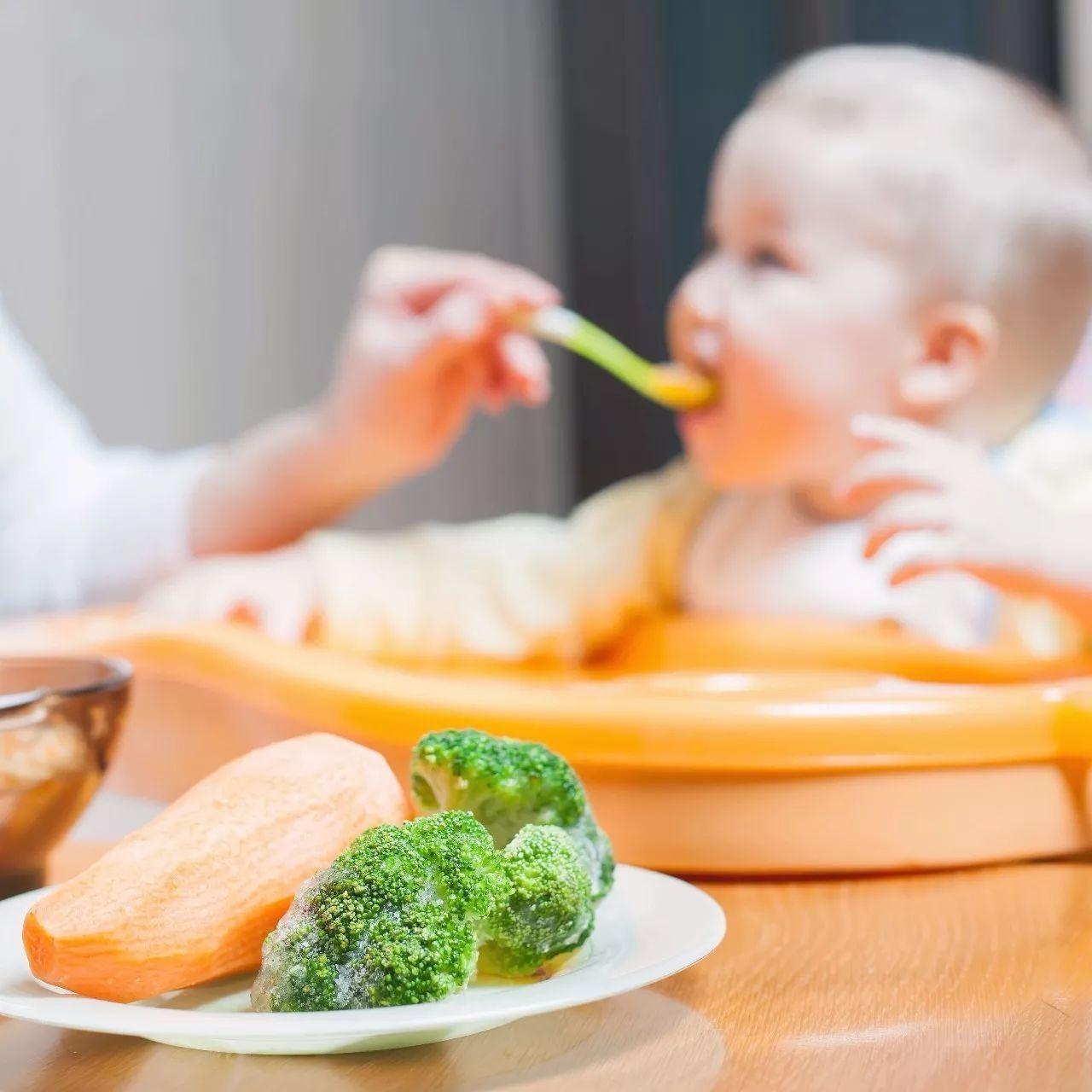 宝宝总是要喂着才肯吃饭?其实是家长的错
