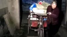 老太凌晨戴头灯捡垃圾给老伴治病