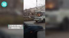 俄大巴浓烟滚滚冒火光,司机毫不慌张继续驾驶
