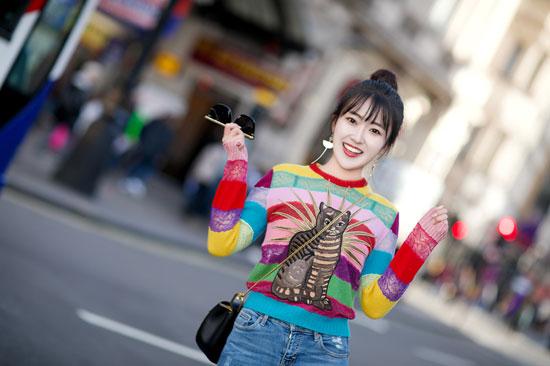 蕊希时尚街拍曝光 彩虹糖毛衣凸显满满少女心