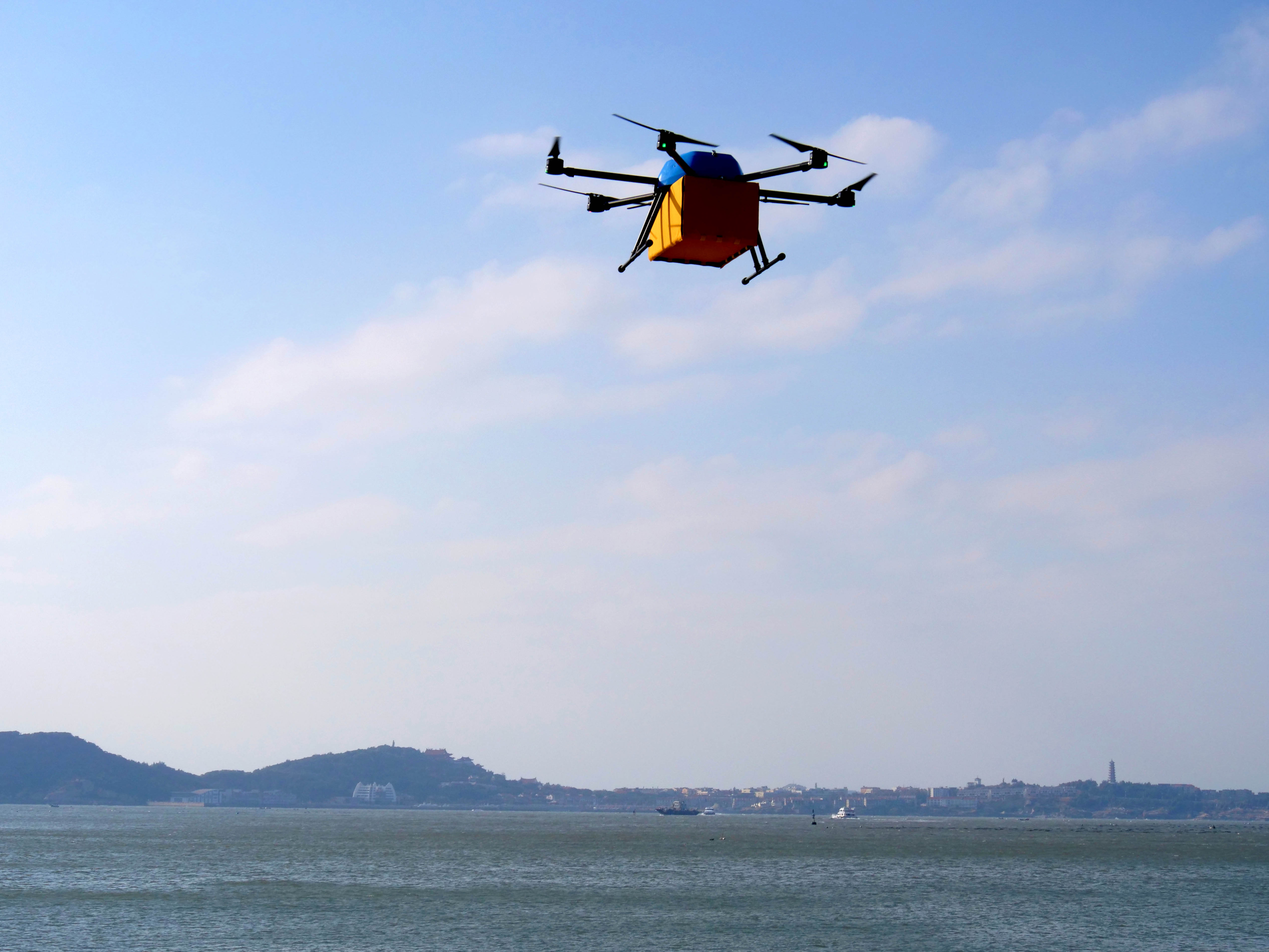 厉害了!国内首次无人机群组跨海快递飞行成功