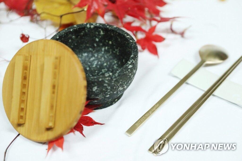 文在寅夫妇将送特朗普夫妇什么礼物?铜筷石碗(图)