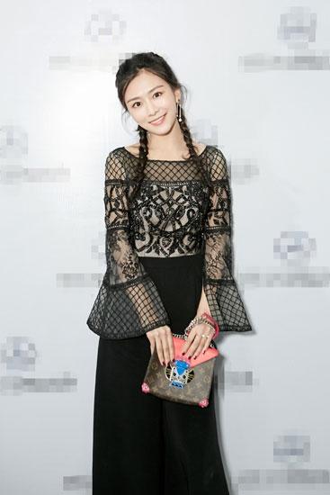 杨安琪现身时装秀 可爱编发打造俏皮时尚范儿