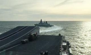 英军驱逐舰协助航母测试 先绕着航母跑了一圈