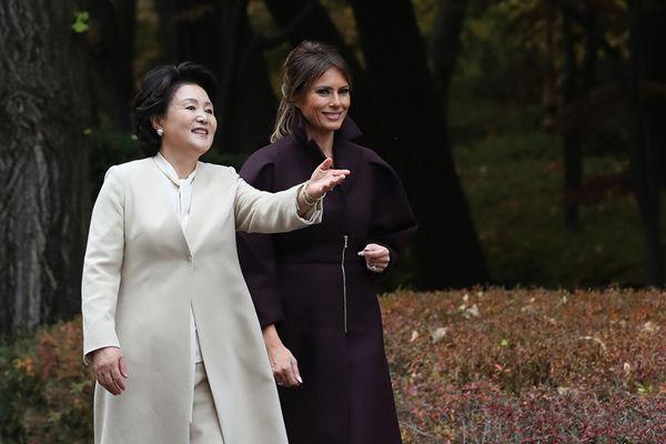 梅拉尼娅随特朗普访韩 与韩第一夫人在青瓦台散步聊天