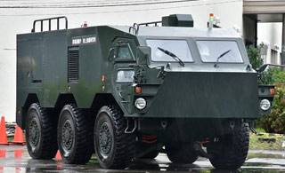 日本展示新型装甲运兵车 表演原地转向