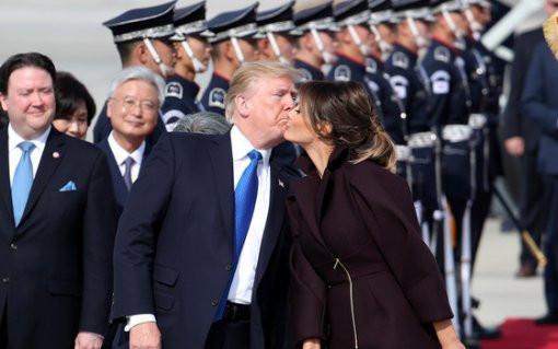 特朗普抵达驻韩美军基地 献吻夫人当众撒狗粮