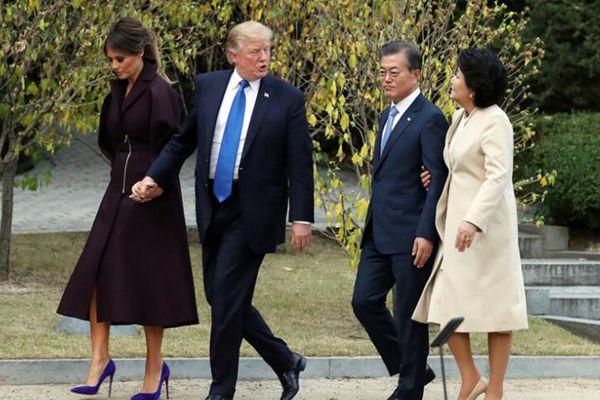 韩美总统夫妇在青瓦台散步 合体撒狗粮