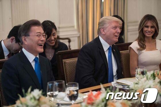 韩总统国宴举杯敬特朗普,特朗普回礼斟满了......可乐.....