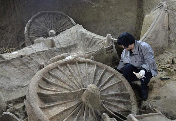 """河南古墓出土巨型""""豪车"""" 已埋地下两千多年"""