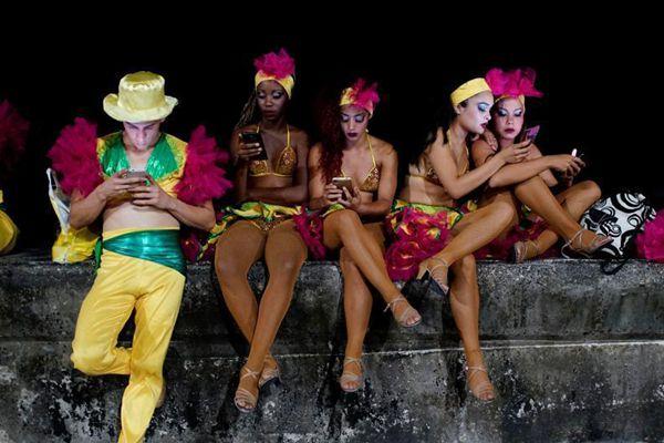 古巴宽带门槛高 民众扎堆户外用WiFi