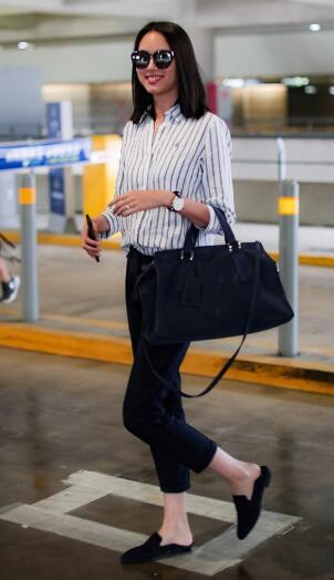 张梓琳穿条纹衬衫 标准八齿笑容显超模风范