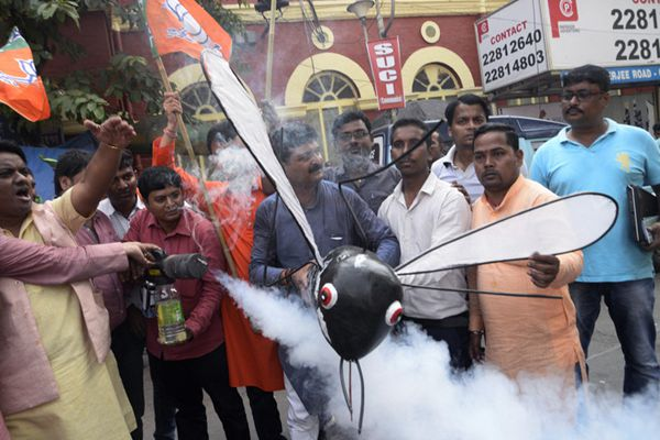 印度民众烟熏巨型伊蚊模型 抗议登革热疫情蔓延