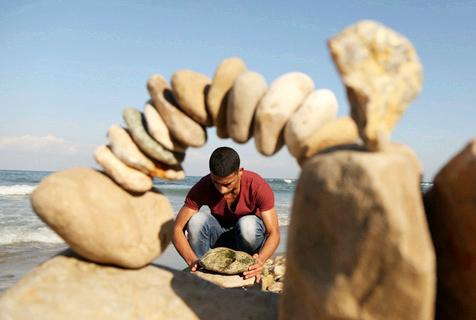巴勒斯坦少年玩石头平衡艺术 妙趣横生