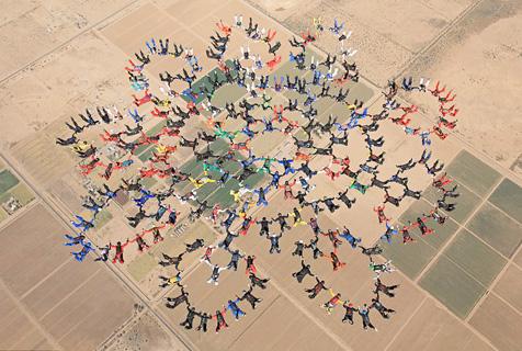 美217人同时跳伞摆图案刷新世界纪录