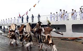 非洲兄弟载歌载舞欢迎中国海军