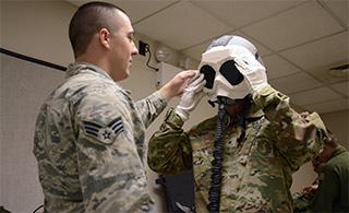 美军演习飞行员配防核爆护目镜