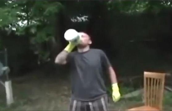 比利时17岁男孩被恶搞视频忽悠喝漂白剂 食道被烧伤