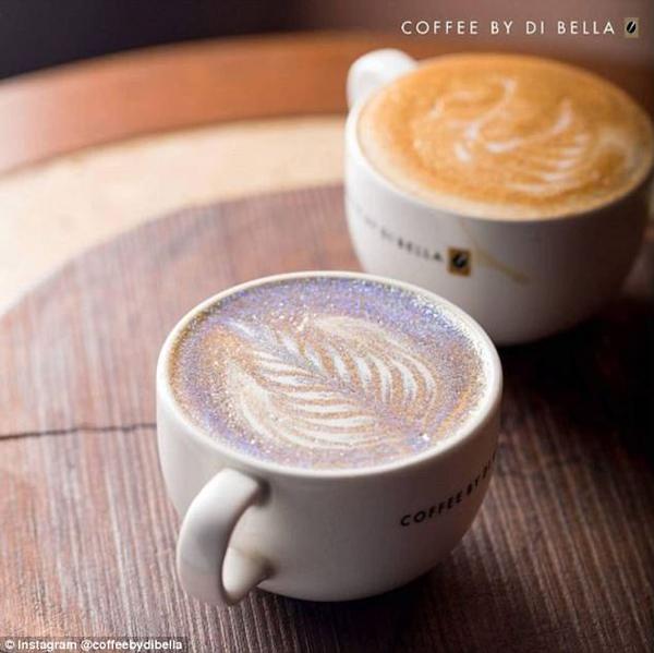 印网红咖啡店出售新品咖啡 砌满食用金银亮片