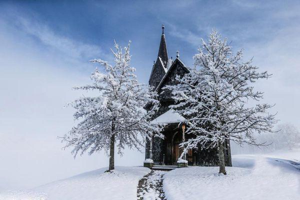 奥地利一村庄雪后银装素裹 宛如童话世界