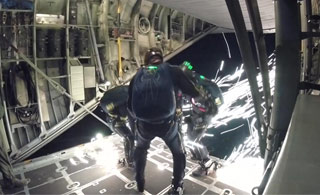 """美军跳伞队员脚踩""""风火轮""""从天而降"""